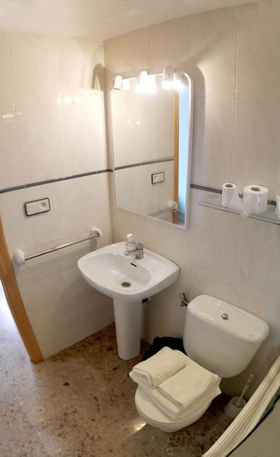 Baño completo en habitaciones dobles