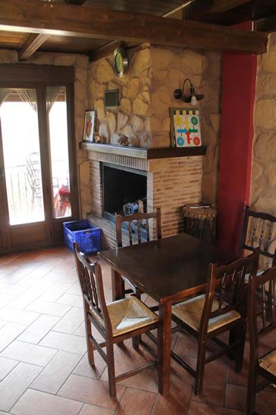 Mesa y chimenea del restaurante